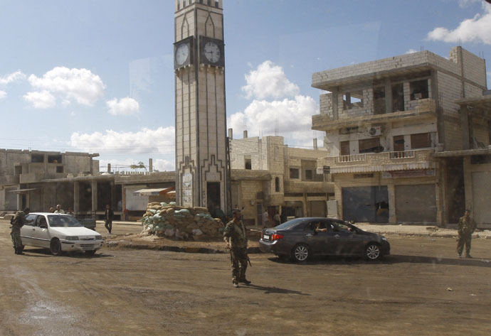 Syrian soldiers deployed in Rastan town square