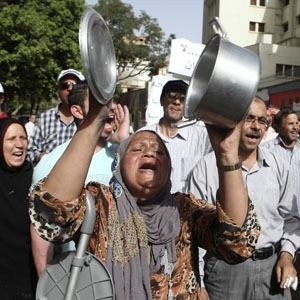 A protester uses a pot to make noise while chanting anti-Morsi and anti-Muslim Brotherhood slogans during a rally in Cairo May 17, 2013. (Reuters)